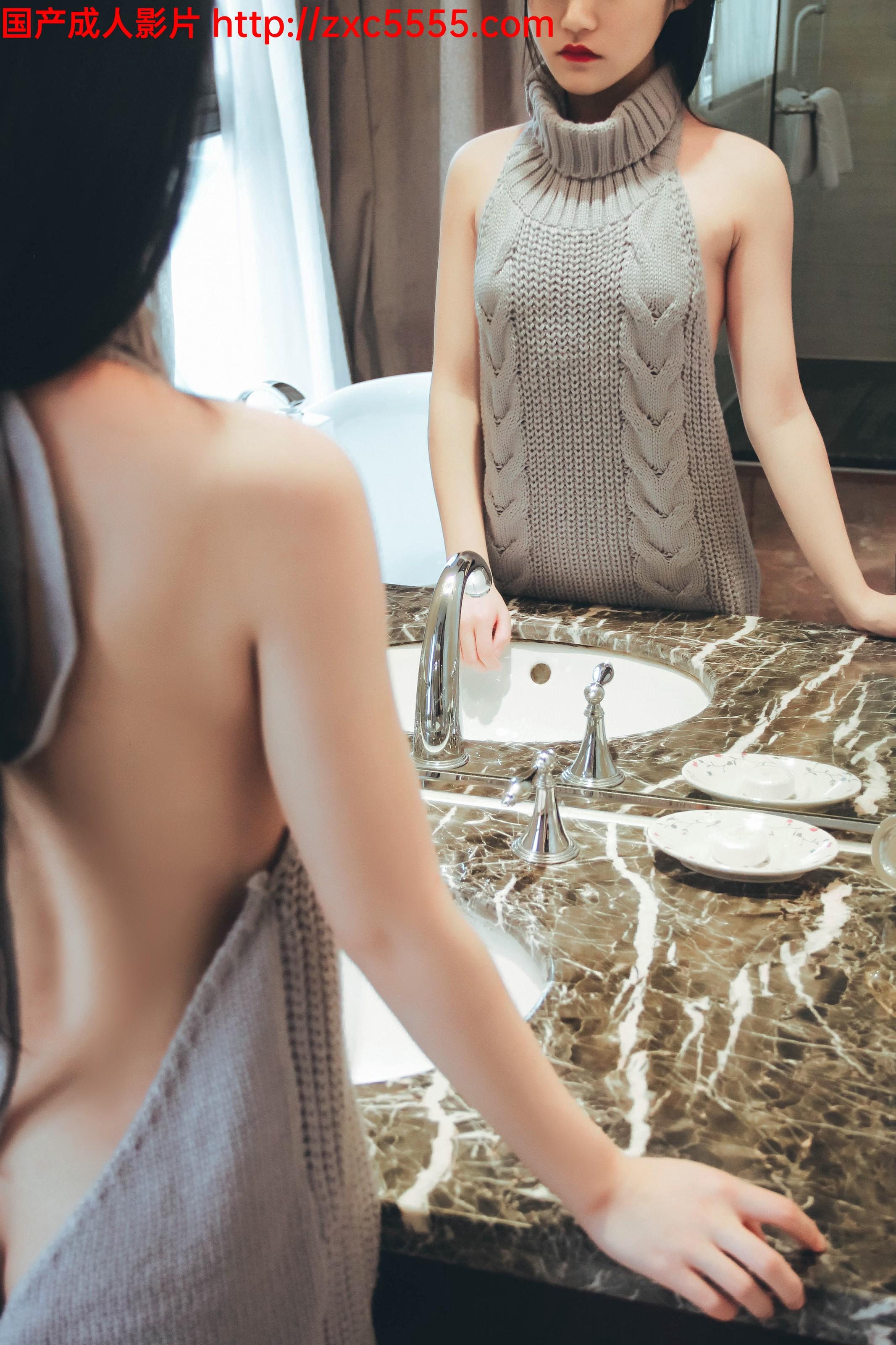 性感红唇烈焰毛衣萝莉极品身材已被摄影师的小鸡巴占领【83P/80M】